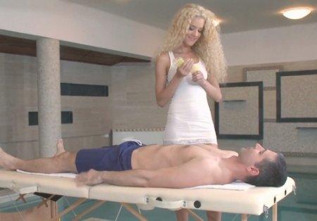 Кудрявая блондинка делает массаж члена ртом и пиздой в бассейне