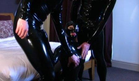 Девушка в чёрном латексе сосёт член двум парням одновременно