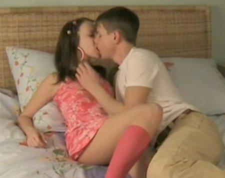 Молодые 18-летние любовники зажигают на кровати родителей