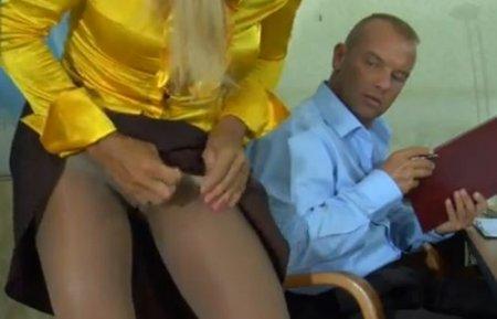Босс-фетешист соблазнился чулками горячей зрелой секретарши