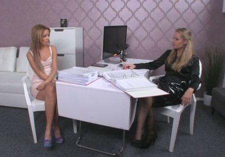 Красотка выпросила работу у девушки агента на женском кастинге