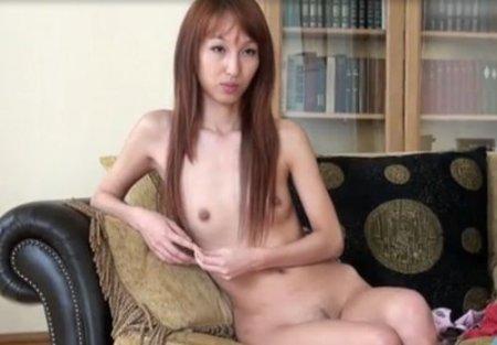 Узкоглазая русская девушка азиатской внешности пробуется в порно