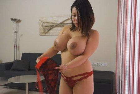 Секс массаж азиатки с большими сиськами и широкими бёдрами