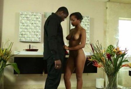 Черная девушка-массажистка трахнулась на массаже с негром клиентом