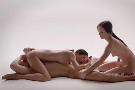 Сексуальный массажист делает голый массаж двум красивым девушкам