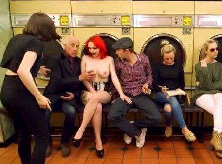 Ярко рыжая сисястая дама устроила секс переполох в прачечной