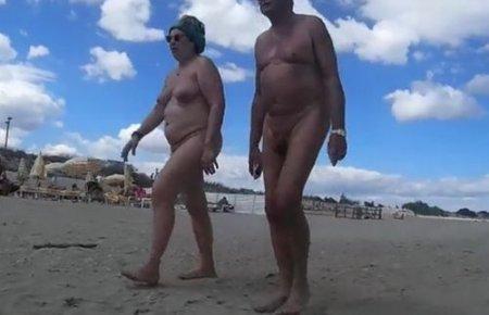 Голые нудисты - прогулка по нудистскому пляжу на черном море