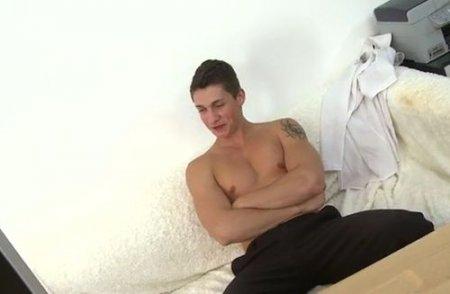Мужской гей-кастинг со спермой на щеку парня после анала