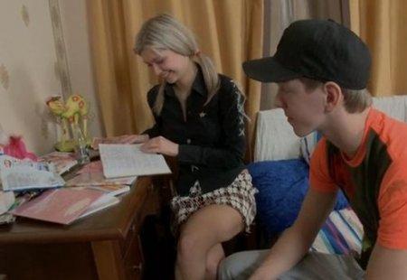 Одноклассница дала девственнику в попу за помощь с уроками