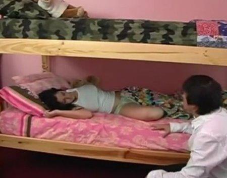 Друг прилёг рядом со спящей девушкой и пока она спала трахнул