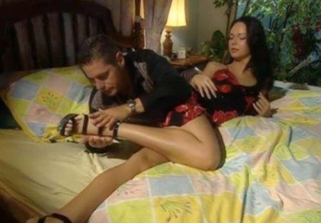 Красивый секс по итальянски со жгучей молодой брюнеткой на кровати