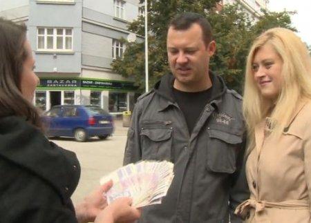 Чехи свингеры ищут на улице семейную пару для секса за деньги
