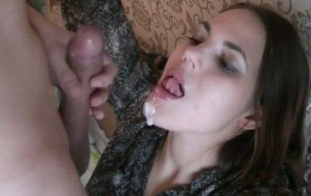 Красавица со связанными руками принимает сперму из члена в рот