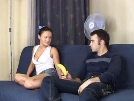 Голодная русская девка взяла в рот вместо банана член парня