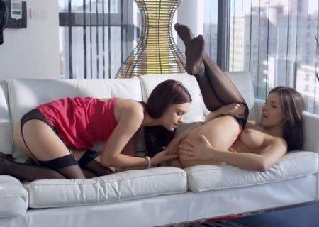 Трогательный интим двух молодых русских лесбиянок в чулках