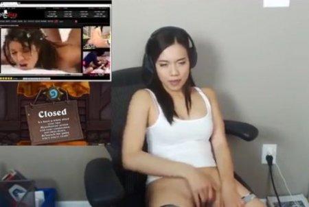 Cтримерша забыла выключить ip-камеру и мастурбирует смотря порно
