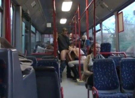 Безумный трах с незнакомцем на людях в общественном транспорте