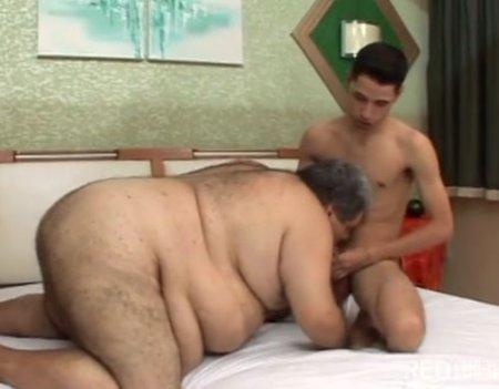 Толстый мужик-гей сосет член и даёт в жопу молодому пидару