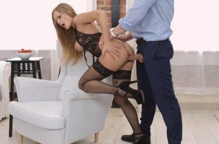 Пихарики с грудастой русской куртизанкой в сексуальном нижнем белье