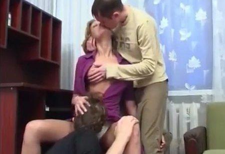 Двойное проникновение сына с другом в анальную маму