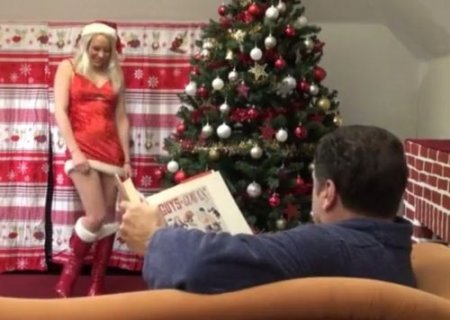 Сексуальный сюрприз мужчине от девушки в новогоднем костюме