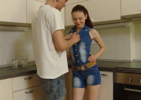 Полизал и поебал узкую щелку худой чешки в джинсовом комбинезоне