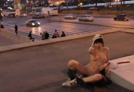 Бесстыжая девка разделась на спор догола посреди улицы Питера