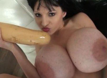Извращенка с гигантским размером сисек и пирсингом половых губ