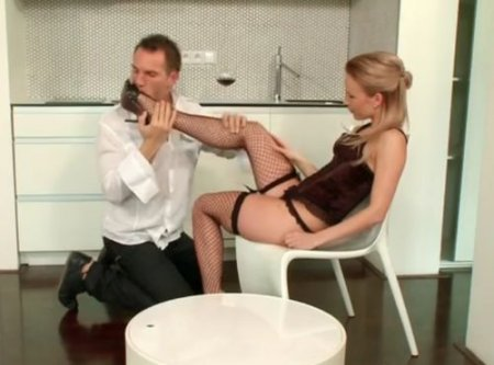 Романтический футфетиш с красивыми ногами девушки в чулках-сетке