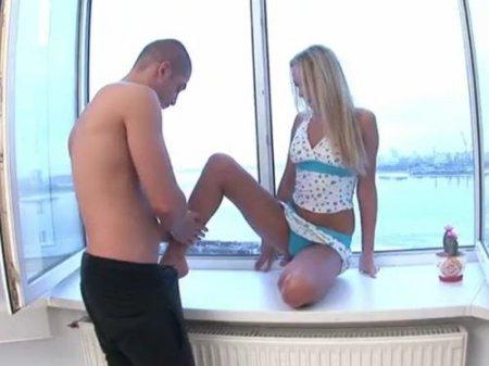 Выебал голой блондинку на подоконнике у открытого настежь окна