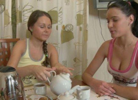 Девушки подружки трахают друг друга фаллосом на домашнем массаже