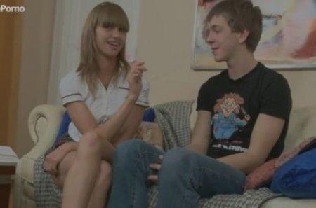 Признался в любви первокурснице и трахнул в попу у нее дома