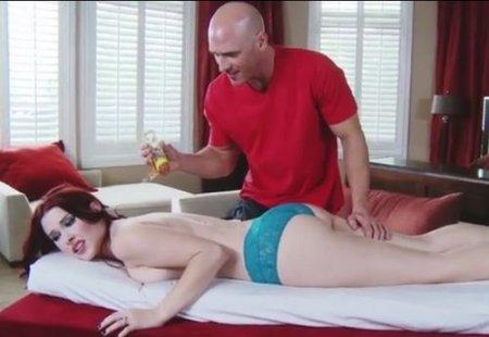 Каштанка осталась довольна массажным сексом с лысым массажистом