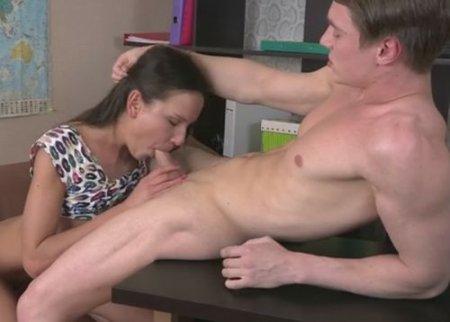 Студентка закончила со спермой во рту урок с репетитором географии
