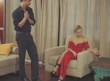 Кавалер лижет киску девушке в красном вечернем платье с разрезом