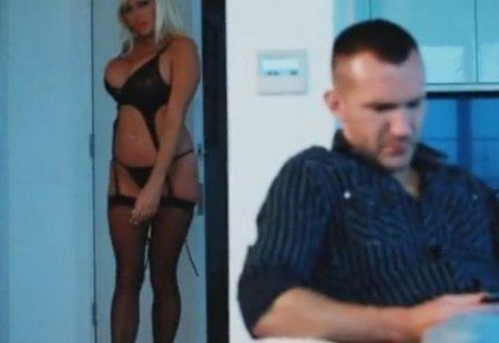 Модель в нижнем белье позволила мужчине оторваться по полной