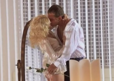 Кудрявая блондинка занялась любовью в одежде с романтичным парнем