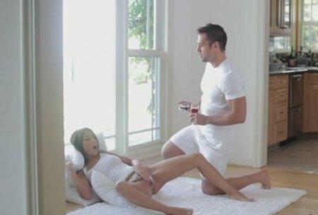 Увидел как девушка в белом мастурбировала и лично удовлетворил её