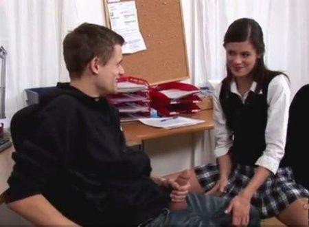 Чешская девушка помогла кончить молодому онанисту-однокласснику