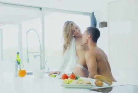 Завтрак с любимым парнем дополнил секс на ослепительно белой кухне