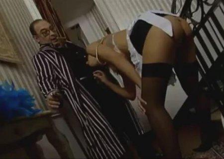 Молодая горничная отсосала член старому хозяину в домашнем халате