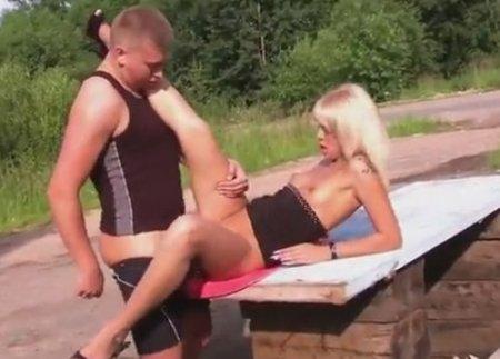 Питерские парни вывезли девку за город заняться сексом на природе
