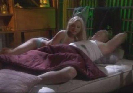 Опытная молодая любовница ублажила аналом старого мужика в постели