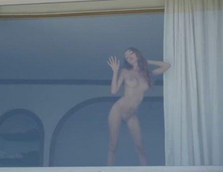 Миниатюрная голая соседка в окне соблазнила на секс соседа