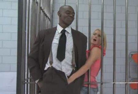 Заключённая дала ебать себя в жопу большим и черным хуем детектива