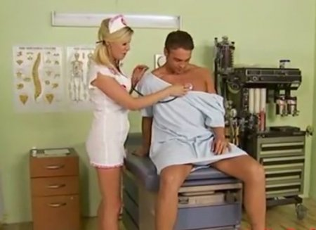 Член пациента на медосмотре попал под пизду похотливой медсестры