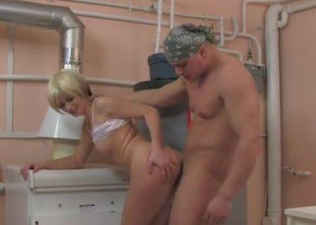 Слесарь-сантехник привлёк внимание молодой озабоченной хозяйки