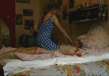 Пока родители не видят дядя и племянница резвятся в постели