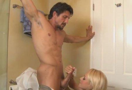 Неверная жена закрылась и изменила с другом мужа в ванной комнате