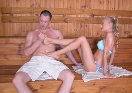 Красиво кончил на женские ступни от фетиша ножками девушки в сауне